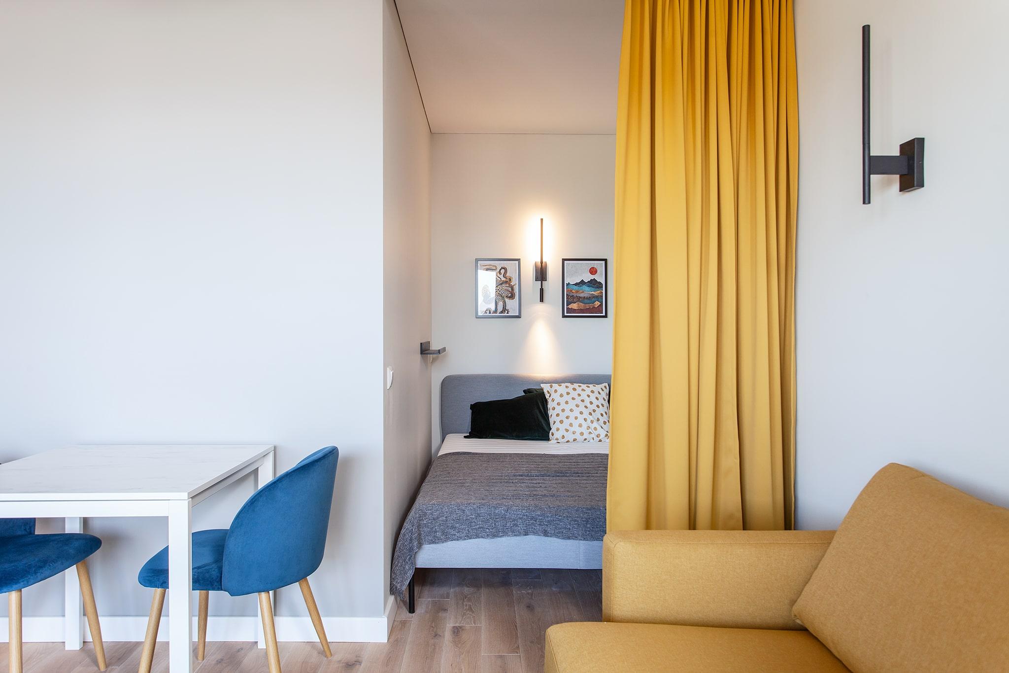 Poilso ir laisvalaikio erdvė yra sujungta su virtuve bei atskirta miego zona