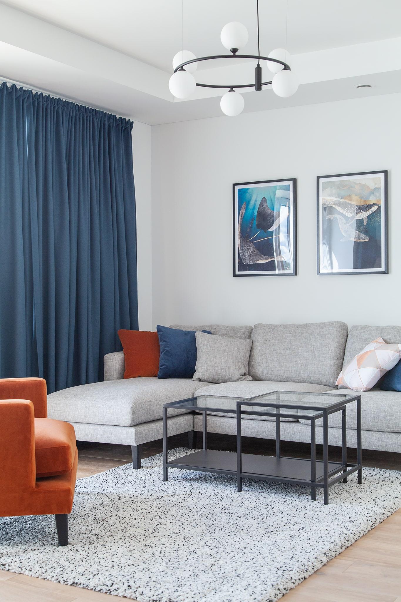 Modernus ir subalansuotas baldų bei dekoro elementų interjeras