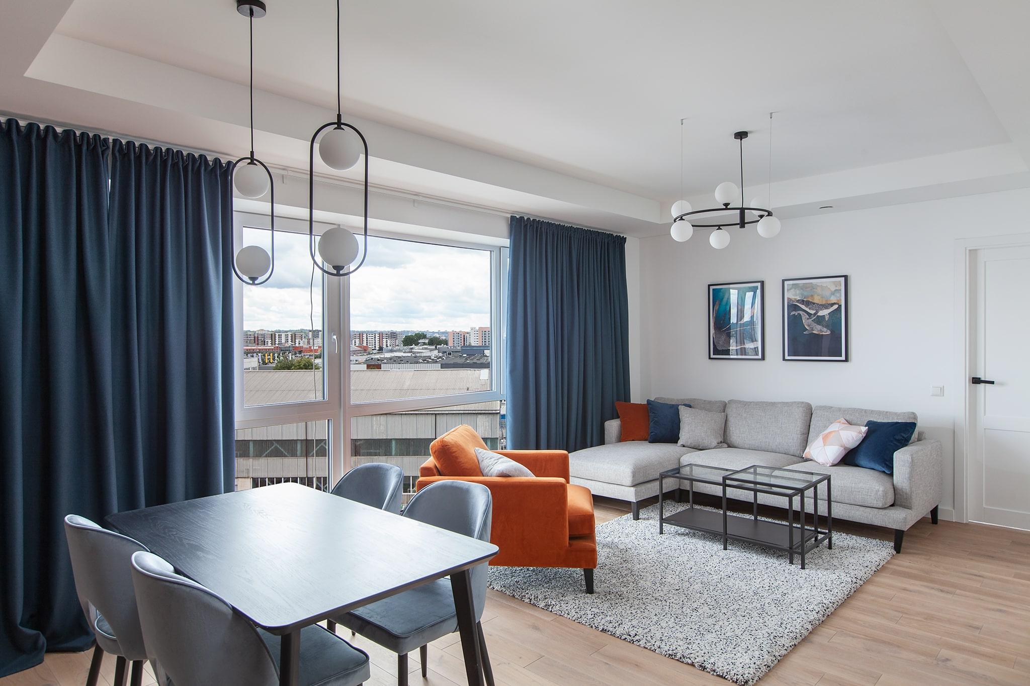 Erdvus ir racionaliai išplanuotas butas turi du atskirus miegamuosius ir vieną gyvenamą kambarį, sujungtą su virtuvės zona