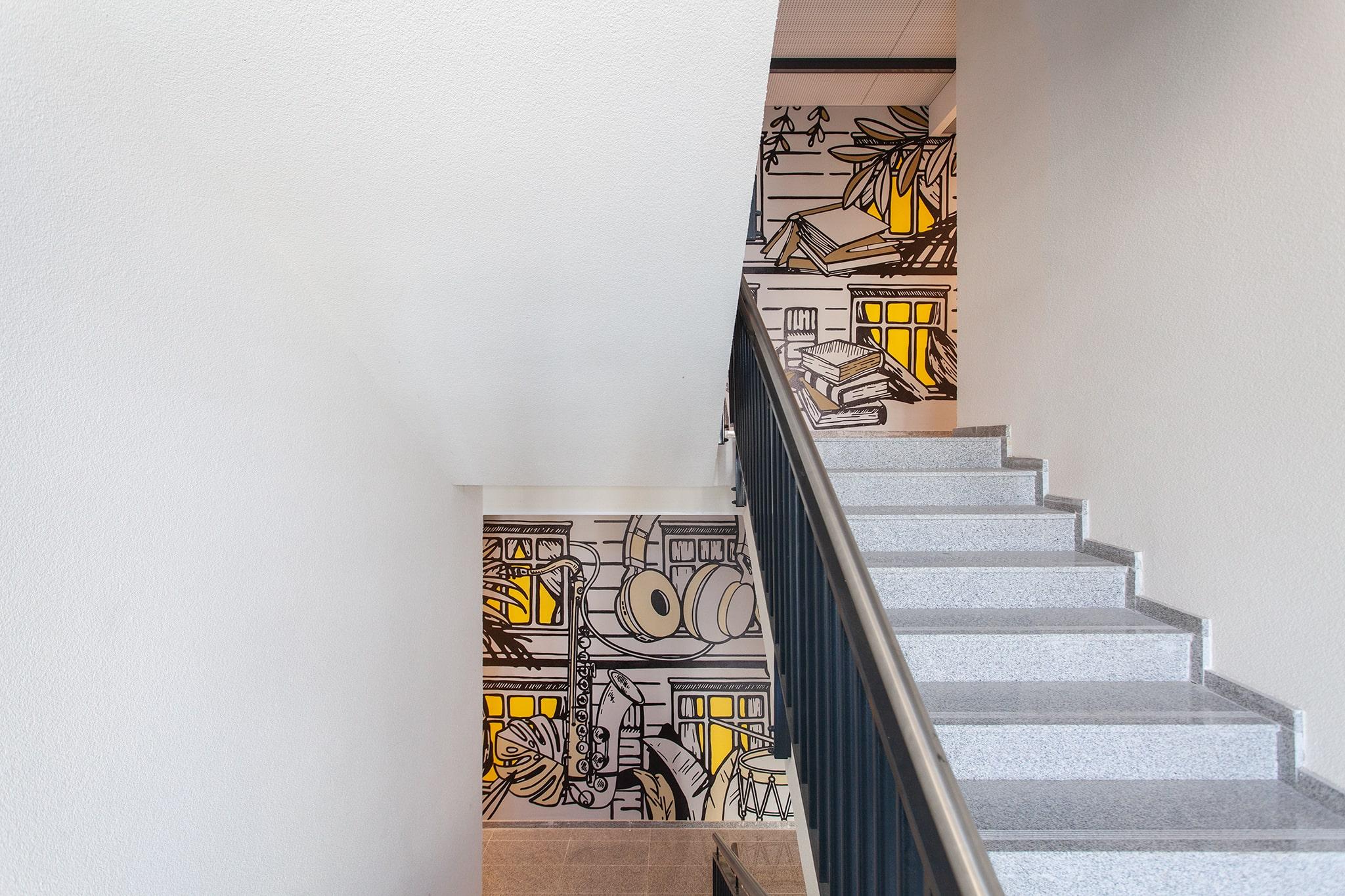 Į žaismingas urban-retro stiliaus ir grafikos darbais dekoruotas laiptines patenkama kylant panoraminiu liftu arba granito plokščių laiptais